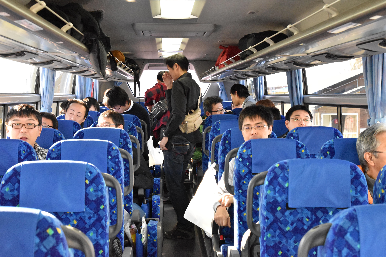 北海道北見バス㈱様にお世話になり大型バスで、いざ知床へ! 道中車内ではクイズ大会も実施。